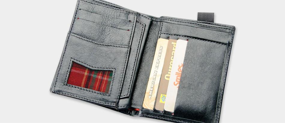 Carteira de couro com fechamento por elástico Nordweg NW034 preta aberta cartões